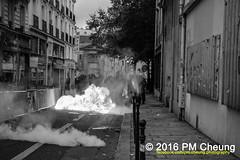 Manifestation pour l'abrogation de la loi Travail - 15.09.2016  Paris (FR)  IMG_8080 (PM Cheung) Tags: loitravail molotov paris frankreich france proteste mobilisationnorme franceprotest cgt sncf demonstration manif manifestationpourlabrogationdelaloitravail blocus blockaden 2016 demo mengcheungpo molotowcocktail gewerkschaftsprotest trnengas confdrationgnraledutravail arbeitsmarktreform antilabourprotest lesboches nuitdebout antagonistischenblock pmcheung blockupy polizei crs facebookcompmcheungphotography polizeiprfektur krawalle ausschreitungen auseinandersetzungen compagniesrpublicainesdescurit police landesweitegrosdemonstrationgegendiearbeitsmarktreform 15092016 manifestation dmosphre parisdebout soulevetoi labac bac franoishollande myriamelkhomri esplanadeinvalides manifestationnationaleparis csgas manif15sept manif15manif15septembre manifestationunitaire fsu solidaires unef unl fidl rpublique abrogationdelaloitravail pertubetavillepourabrogerlaloitravaille blackwhite schwarzweis bw