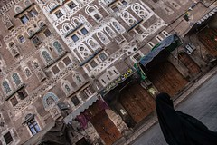 Yemeni-style palaces with ornate windows, sana'a, yemen (anthony pappone photography) Tags: world pictures travel windows people architecture digital canon lens photography photo republic foto image picture culture palace best unesco arab arabia yemen fotografia sanaa ramadan reportage photograher sejima suk finestre arabo yemeni phototravel yaman arabie arabiafelix arabieheureuse  arabianpeninsula        alyaman yemenpicture yemenpictures ornatewindows eos5dmarkii   carvedwindows  mediorient