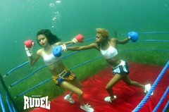 Que tal uma lutinha na gua? - That such a struggle beneath the water? - Qu tal una lucha bajo el agua? (Rudel Sports) Tags: girls brazil water gua brasil fight agua sopaulo chicas boxing sorocaba lucha boxe rudel funnypictures luta gartoas