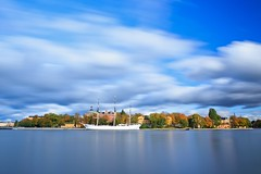 52 Seconds of Autumn, Skeppsholmen Stockholm (Maria_Globetrotter) Tags: longexposure autumn red reflection fall water yellow reflections island colorful day colours cloudy sweden stockholm schweden herbst an le sverige af  svj vatten skeppsholmen sucia estocolmo hst stoccolma suecia hst chapman zweden sude frger tukholma  svezia falde   tomber afchapman vallen szwecja ruotsi isve     reflektioner tsualainn in    thy  stokholmo thyin pudota  mygearandme holmia   antsulainn