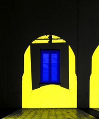 La finestra sul cortile (meghimeg) Tags: blue shadow sun window yellow poster arch blu rapallo ombra pillar finestra gelb giallo sole arco 2012 pilastro stendardo