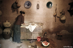 Cocina bereber - Marruecos (Gabriel Bermejo Muñoz) Tags: africa lighting travel light woman house color luz kitchen night casa mujer colours interior muslim islam cook scene arabic watermelon cocina exotic morocco maroc arabe maghreb inside lar marruecos islamic sandia iluminacion hogar ambiente escena cocinera bereber musulman islamico exotico bereberes nortedeafrica africanorth gabrielbermejomuñoz casabereber