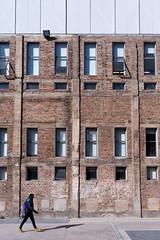 Original y nuevo agregado (Rodrigo LLopis Godoy) Tags: arquitectura antiguo nuevo persona fachada foto fotografia nikon d7100 nikkor 1224 f4