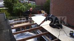 Dakdekker: Dakdekkers Rudy & Ridvan voorzien het garagedak van nieuwe underlayment dakplaten, platen met mes en groef in elkaar geschoven en dragend gelegd op de bestaande balkenlaag, vervolgens vast geschroefd