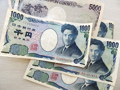 Japanese yen (Luiz Felipe Castro) Tags: pictures vacation money hot girl beautiful beauty japan wonderful asian photography japanese photo interesting fantastic asia flickr photographer awesome picture frias best  most destination incredible yen japones currency attraction dinero 2012 fotografo touristic tokio melhores dinheiro monetary ien funds asiatica jpy maravilhosas  turistica  asiatico luizfelipecastro luizfelipedasilvadecastro atrao