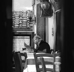 italian reader 1bw (Bilderschreiber) Tags: italien bw italy white black table restaurant newspaper italia reader sw toscana tisch zeitung toskana toscany schwarzweis leser