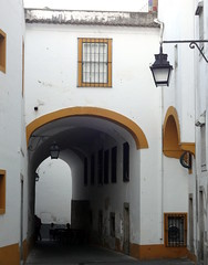 Arch and House. Evora, Portugal (Rubem Jr) Tags: street city travel windows house building art history portugal lamp arquitetura architecture arquitectura europe arch arc oldhouse oldcity evora balconys hccity