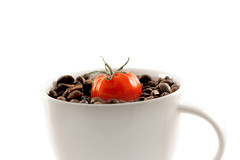 nuovo gusto - 100% Arabica con pomodoro (photography.andreas) Tags: coffee tomato kaffee whitebackground 100 con tomate gusto pomodoro kaffeebohnen arabica nuovo