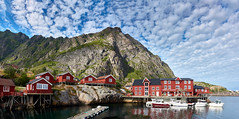 i Lofoten panorama (PacotePacote) Tags: ilofoten lofoten noruega moskenes norge norway puerto barcos museo torrfisk nubes montaa acantilado