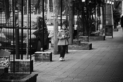 (JuanFL) Tags: canon eos rebel 550d t2i buenosaires argentina streetphotography street urban calle ciudad city lights shadows blanco negro black white monochrome bn bw