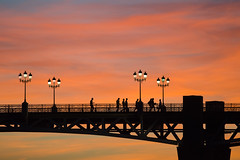 Silhouettes sur le Pont St-Pierre, Toulouse, Haute-Garonne (lyli12) Tags: toulouse garonne hautegaronne midipyrénées coucherdesoleil paysage landscape pont