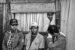 "Madagascar - "" Misy Ronakohoato"" d' Antsirabe. (Gilles Daligand) Tags: madagascar antsirabe theatre noiretblanc bw monochrome personnes adultes"