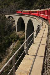 Zug der rthischen Bahn mit RhB Lokomotive Ge 4/4 II 623 Bonaduz unte