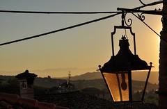 l'ultimo raggio...tra tetti e colline (g.fulvia) Tags: tramonto piemonte lampione castagnolelanze