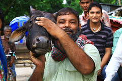 Man with a cows head in Dhaka, Bangladesh. (cookiesound) Tags: life trip travel vacation portrait people man travelling smile face animal canon photography photo reisen asia asien fotografie market head humor picture dhaka traveling canoneos bangladesh slaughterhouse reise cowshead travelphotography traveldiary cowhead deadcow travelphoto reisefotografie reisetagebuch bangladesch cookiesound nisamaier ulrikemaier ullimaier manwithcowshead