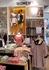 Uniqlo (thinkretail) Tags: windows store magasin laden tienda boutique negozio denim apparel sportswear menswear uniqlo womenswear outwear casualstyle valueretailing tadashiyanai basicapparel autumn2012
