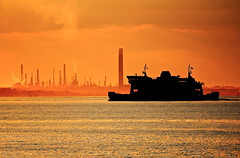 Lontano da tutto questo / Away from it all (AndreaPucci) Tags: uk sunset summer holidays tramonto estate isleofwight wightlink portsmouth refinery regnounito wight vacanze fishbourne ryde fawley raffineria canoneos60 fawleyrefinery andreapucci tamron70300f456vcusd