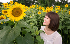 Girl meets sunflowers (Apricot Cafe) Tags: canonef1635mmf28liiusm japan showakinenpark tokyo cheerful enjoy femininity happiness nature oneperson outdoor refresh summer sunflowers traveldestinations vacation walking weekendactivities woman youngadult tachikawashi tkyto jp img647791