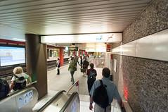 Frankfurt am Main - U-Bahn-Station Konstablerwache, Mai 2009 (CocoChantre) Tags: bahnhof bahnsteig bahnverkehr deutschland europa frankfurtammain hessen innenstadt konstablerwache passant ubahnstation verkehr welt zeil
