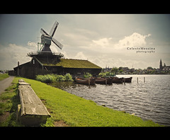 Frammenti d'Olanda - Zaanse Schans #7 (Celeste Messina) Tags: city trip summer sky holiday holland verde green netherlands windmill amsterdam clouds river landscape boats photo nikon nuvole estate chocolate magic fiume atmosphere august tourist barche agosto cielo typical mills turismo atmosfera viaggio tale vacanza paesaggio olanda citt magia cioccolata tipico mulini favola fiaba story erih d5000 fairy zaanse schans vento mulino