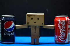 Danbo tiene un dilema (mike828 - Miguel Duran) Tags: toy 50mm cola f14 sony coke pepsi cocacola alpha coca slt juguete a77 dilema danbo