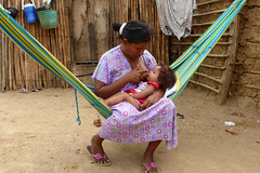 02 mama bebe indigena comunidad Walermang_Guajira (SUN Civil Society Network) Tags: fundacinexito laguajira mayapo rancheria rancherias sail selenebotero wayuu wayu asistencia madres mam nios colombia