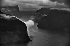Fjord (efgepe) Tags: 2016 skandinavien bw sw schwarzweiss schwarzundweiss blackwhite silverefexpro nik lightroom norwegen noreg norge norway fjord fhre fjordfhre wolken nebel fog clouds