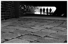 vier Mnner. (HansEckart) Tags: city bw blackandwhite stadt streetview streetfotografie hamburg urban perseptive ausschnitt rahmen monochrome kontraste silhouette