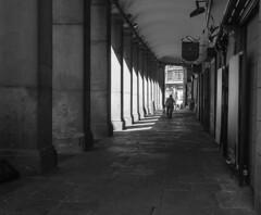 Soportales. (cmarga28) Tags: arquitectura edificacin soportales madrid antiguo tradicional blanconegro perspectiva sincolor plazamayor oscuro claroscuro nikon digital raw d750 photography foto