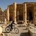 Andando de bicicleta pelas ruinas de Palmyra