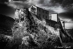 La citadelle de Cort (Corse) (tognio62) Tags: rocher noiretblanc maisons citadelle canon corse corsica cloudy clouds ciel canoneos6 montagne mountains mountain cort promontoir mur enceinte fortifications chateau vgtation