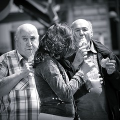 The bald and the beautiful... (Frank van de Loo) Tags: glass icecream gelato streetphoto eis helado glace sorvete streetshot ijs ijsco ijsje streetpicture streetpic dsc8418 pleasenonotesonmypictures