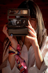 Polaroid 636 Close Up (www.obstinato.com.ar) Tags: girl up shirt scarf vintage polaroid photo foto close painted nails pintadas brunette takin bariloche sacando uas morocha polaroid636 enfocando encuadrando obstinato discontinuado