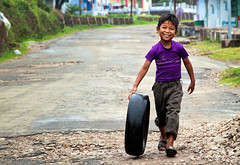 Huckleberry Finn (shubhankrishi) Tags: india cherrapunji meghalaya kid tyre huckleberryfinn incredibleindia marktwain rainy smile warmsmile playing oldgames