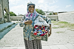 ([Charlotte]ThePhilosopher) Tags: old portrait woman turkey dolls ritratto turchia signora venditrice bamboline