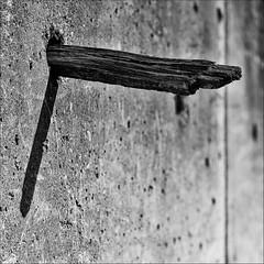 Gegenstze    (2012_03288) (Thierry Lubin (www.meinstream-fotografie.de )) Tags: blackandwhite bw 50mm licht struktur sw schwarzweiss holz schatten thierry beton quadrat lubin gegensatz