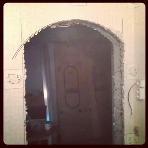 Приехал домой, а тут уже дыра в стене