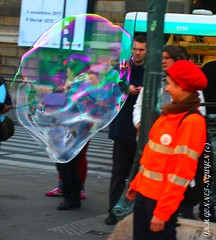 BULLES DE SAVON GEANTES  /  GIANT SOAP BALLOONS !  - PARIS (tamycoladelyves) Tags: balloons giant de soap air balloon bubbles animation enfant plein bulles soapbubbles bulle jeu savon seifenblasen helmholzplatz bubbleology museedulouvres geantes burbujasdejabon burbujasgigantes palaisdulouvres giantsoapbubbles bullesdesavongeantes giantsoapballoons