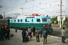 Sonchon station scene (Frhtau) Tags: dprk north korea locomotive electric esienbahn railway train tren treno ferrocarril passenger personen zug voiture coach express arrive wires elok lokomotive station bahnhof gare korean people leute asia asian east nordkorea passers architektur design scenery   choxin  outdoor      corea del norte core du nord coreia do coria    culture stadt gebudekomplex