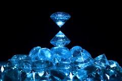 Punto de encuentro (osruha) Tags: diamantes diamants diamonds azul blau blue composición composició composition fondonegro fonsnegre blackbackground nikon d750 flickr macro