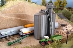 Silos Cereales (Carlos Perez Arnau) Tags: renfe cereales vagonescerealeros tolvascerealeras modelismoferroviario escalan