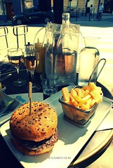 Chez Ginette | Cheeseburger & Fries | Chilled ros (Elisabeth de Ru) Tags: cheeseburger chezginette lunch restaurant caf 75018 paris 101ruecaulaincourt ros