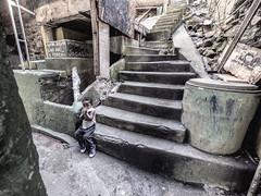 (Leonardo Martins) Tags: criana child menino boy pobreza pooverty favela comunidade slum escada escadaria stair staircase anjo angel inocencia innocence