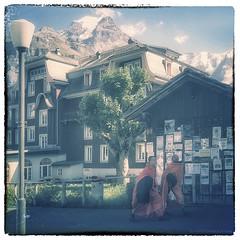 les bonzamis (photofabulation) Tags: bonzes moines monks htel montagne mountain village faitbonsemangeruneglace orange neige snow suisse switzerland europe europa
