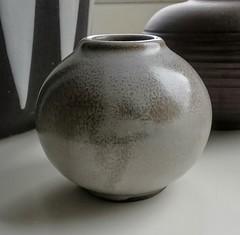 Hamelner Töpferei - Light-Grey Violet-Vase (D49) (Ahornblatt2012) Tags: wgp hamelner töpferei veilchenvase d49 hildegarddelius delius 50s vintage vase pottery designclassic lightgrey