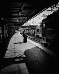 Stockholm C, p plattformen (Michael Erhardsson) Tags: stockholm central cst skuggot svartvitt spr 10 perrong mobilfoto samsung vardagsbild 2016 september