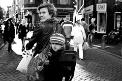 Servetstraat, Utrecht. September 22nd, 2012. (Pim Geerts) Tags: street en bike photography utrecht child mother kind moeder fiets oudegracht servetstraat straatfotografie