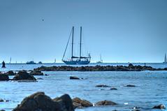 Mouillage - Anchor (mostodol) Tags: mouillage anchor bateau boat sailing bretagne mer brittany sea ocean atlantic atlantique water eau rochers rocks paysage waterscape fuji fujifilm xa1 wow greatestphotographers breizh bzh latrinitsurmer