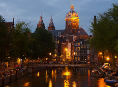 Oudezijds Voorburgwal (Skylark92) Tags: netherlands nederland holland amsterdam centre centrum basiliek van de heilige nicolaas h church kerk dusk schemer