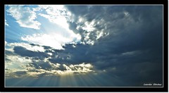 Nubes y rayos de sol (Lourdes S.C.) Tags: nubes cielo rayosdesol hacesdeluz nwn